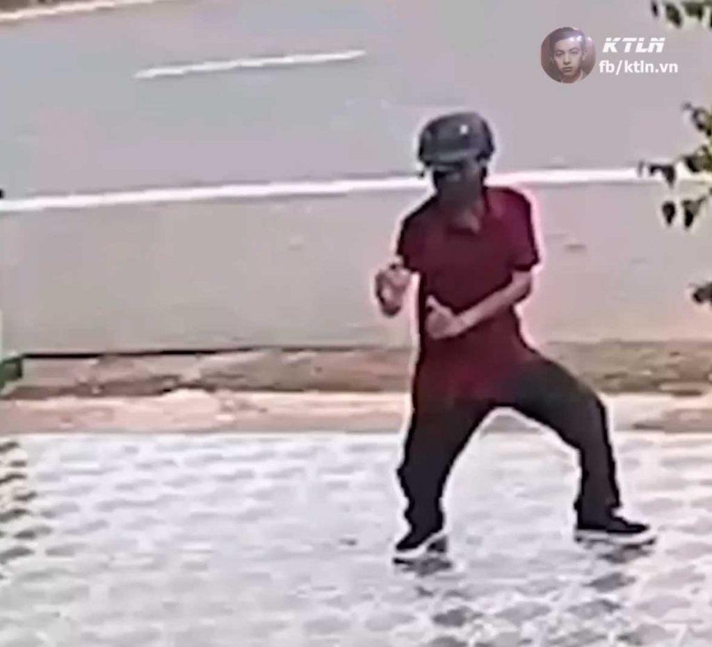Hombre se defiende del ataque de un perro