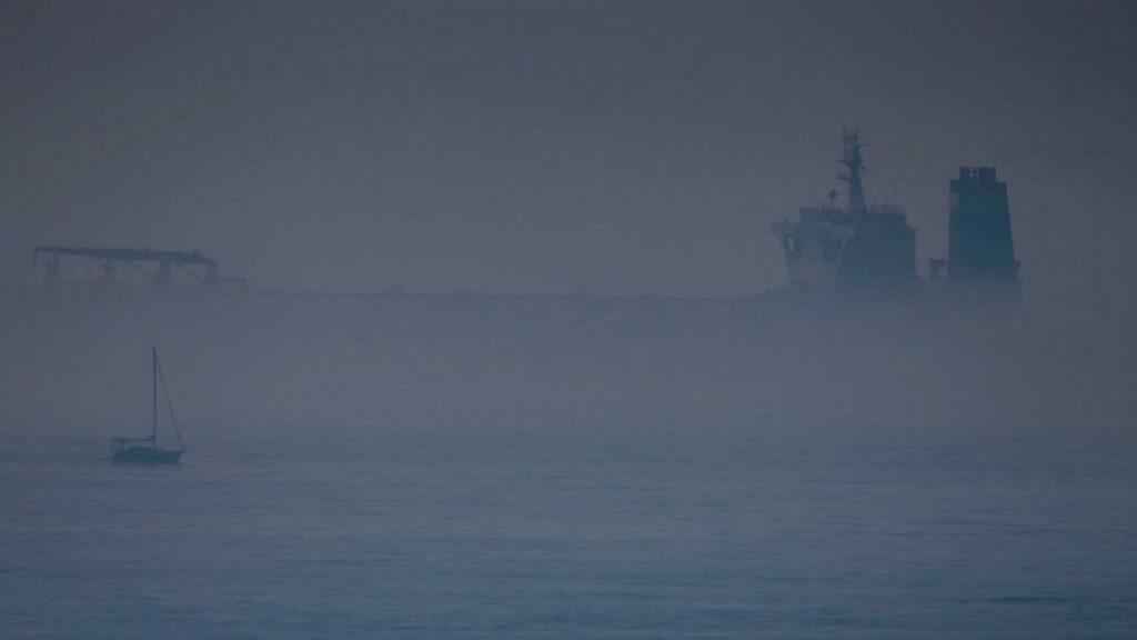 un barco perdido en la niebla